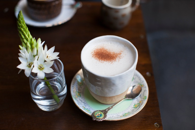 the charming mug of chai latte & simple, fresh cut flowers to fawn over