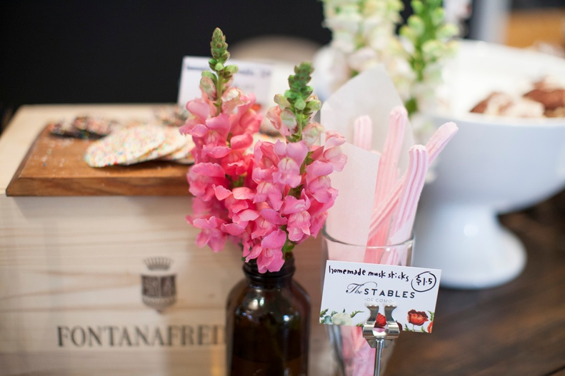 old-fashioned sweets sit prettily alongside rustic little details & gorgeously complementary floral arrays